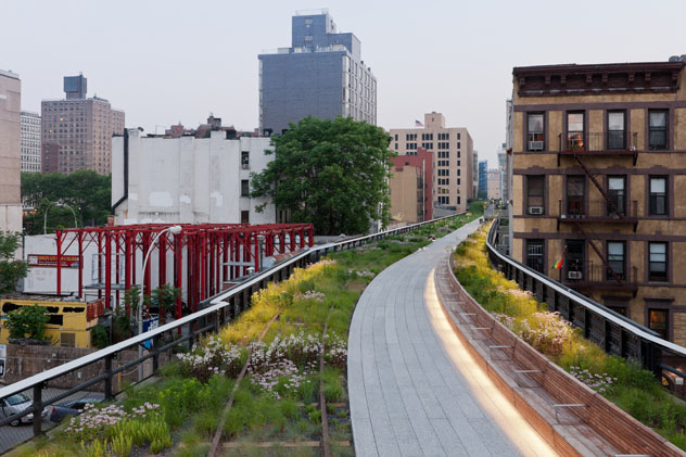 5.Radial Bench,a long wooden bench curves with the pathway for an entire city block, between West 28th and West 29th Streets, looking South.  Photo credit: ©Iwan Baan, 2011